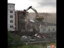 В Норильске эскаватор сносит здание стоя на нём svk/CINELUX