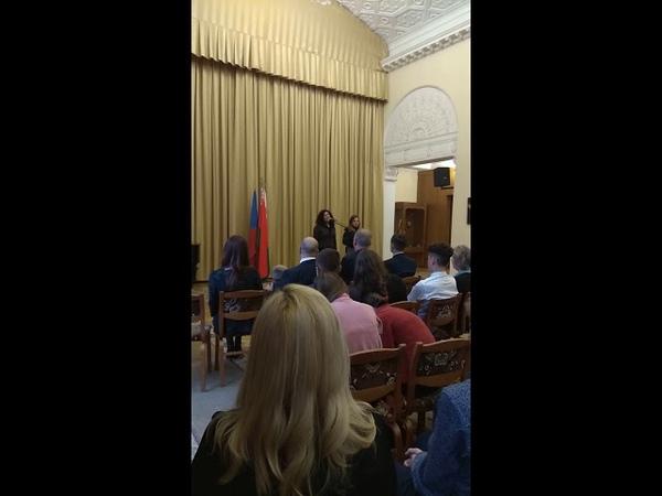 Преподаватель Оксана Бекасова читает стихотворение.
