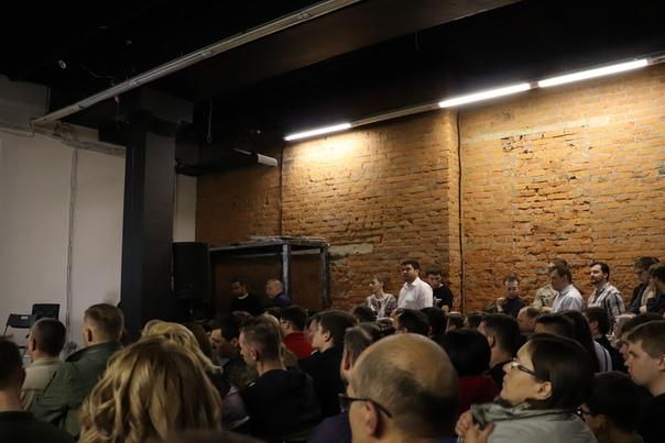 Полный зал, а вдоль стен куча народу. Мне повезло: Ванька занял место прямо в центре зала.