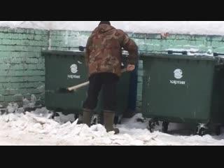 Ярославский дворник грузит в мусорные контейнеры снег: перепутал с мусором