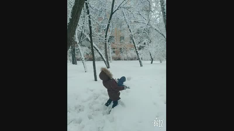 Ислам ныряет в снег