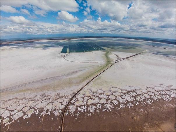 Озеро Баскунчак. Оно производит неизгладимое впечатление на людей и приводит собак к смерти На севере Астраханской области в Ахтубинском районе находится крупнейшее соленое озеро Европы и России
