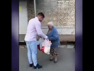 Парень помог бабушке