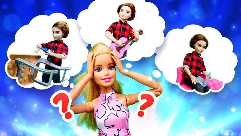 Barbie ailesi. Barbie Ken için hediye seçiyor