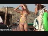 Сфоукусировались на раскрашенной голой блондиночке-нудистке на пляже Коктебеля