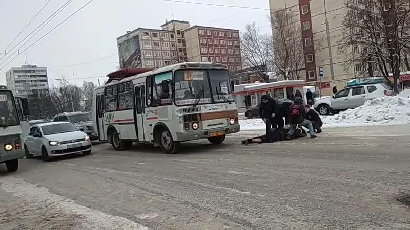 Пьяный дебошир избил водителя маршрутки в Кемерово.