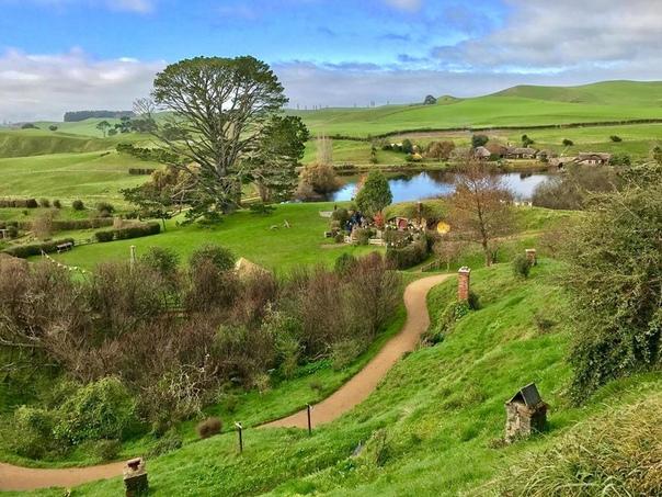 Хоббитон (Hobbiton) Хоббитон деревня в Новой Зеландии, искусственно созданная специально для съемок трилогии «Властелин Колец» и «Хоббит» по одноименным произведениям Дж.Р.Толкина. Это