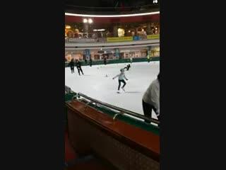 Чонгук и Чимин пошли кататься на коньках. Кажется, ребята хорошо отдыхают - -.mp4
