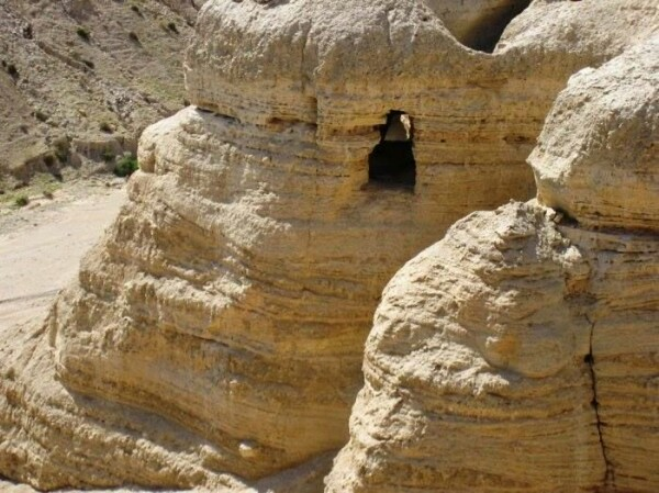 Кумранские свитки хранят тайны прошлого Мертвого моря Эти находки, сделанные во второй половине 50-х годов XX века в пещерах на берегу Мертвого моря, можно смело назвать величайшей сенсацией