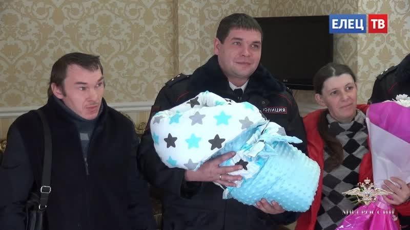 Роды на вокзале: родившегося мальчика родители назвали в честь полицейского Олегом