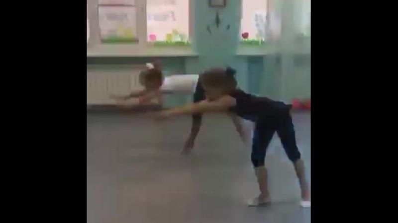 Наши гимнастки. Синхронная работа.