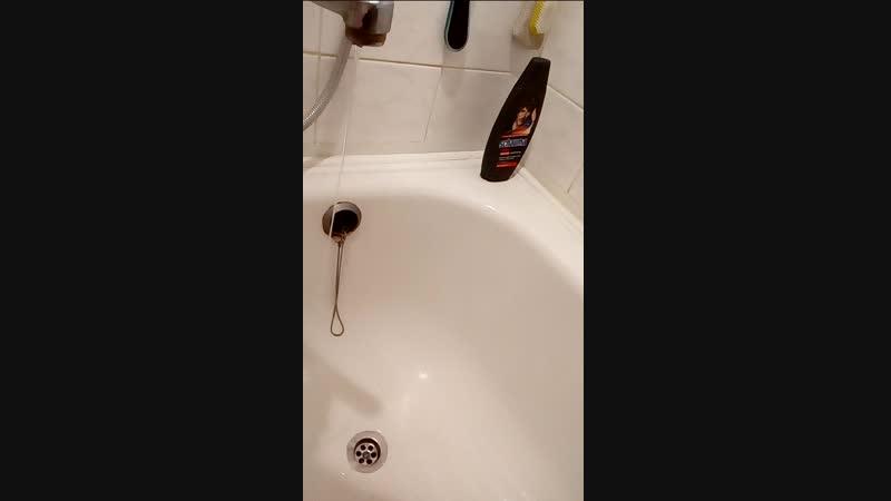 эксперимент со струёй воды и статическим электричеством