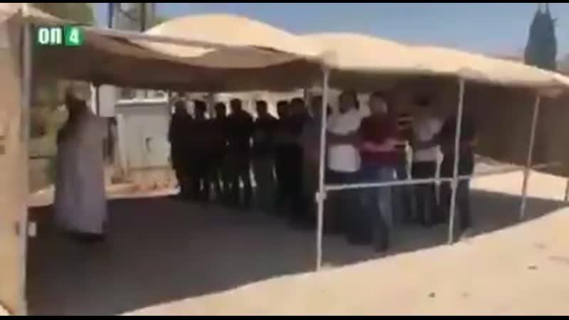 La chiourme juive sioniste gaze des palestiniens pendant les prières