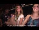 Две незнакомые девушки занимаются сексом на публике