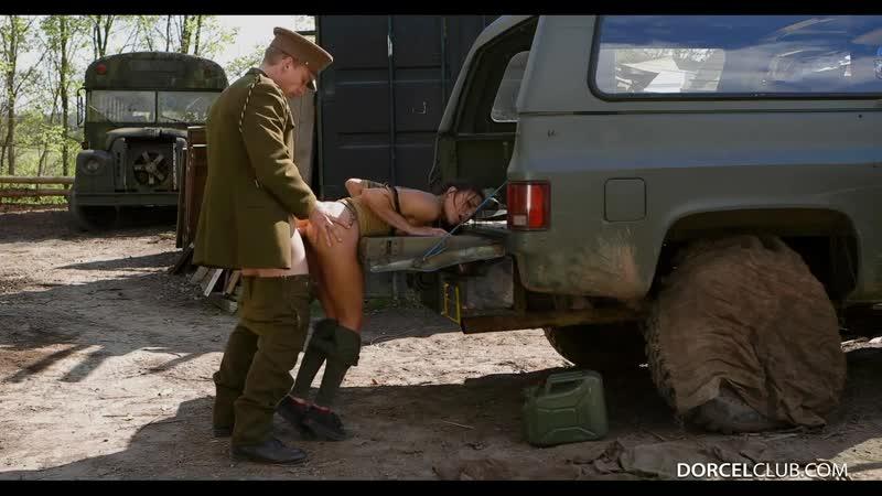 Группа Я Порно Клуб Влюблённый офицер возле заброшенного военного корпуса выдал стройной Cassie Del Isla в попку