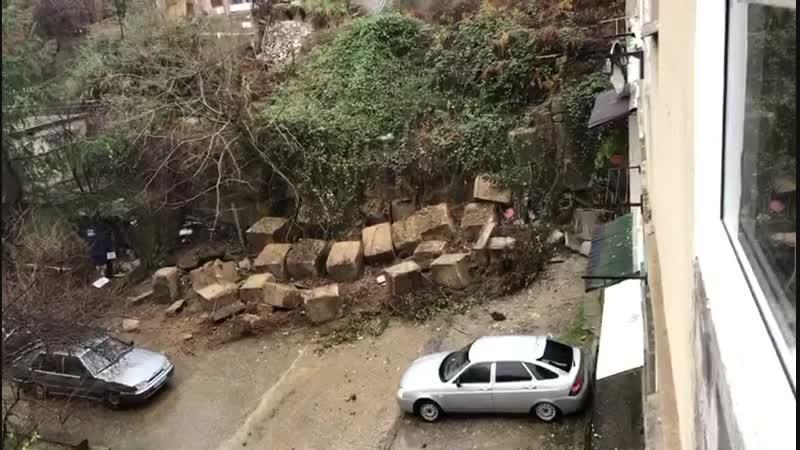 В Сочи развалилась подпорная стена