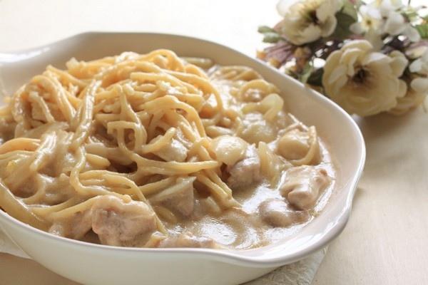 Спагетти с курицей в молочно-сырном соусе
