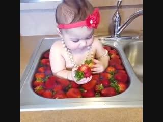 Эта сладкая ягодка напомнит лето...