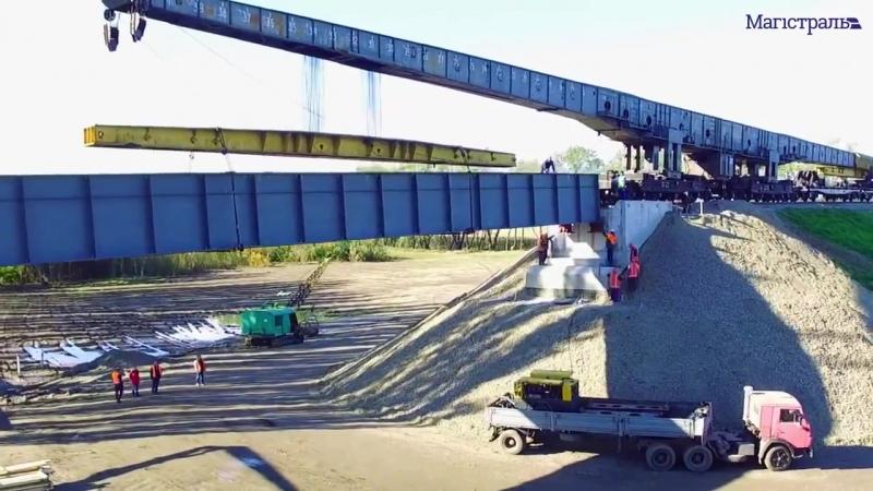 ПАТ «Укрзалізниця» Перша з восьми прогонових будов зайняла своє місце на майбутній 180-метровій естакаді.