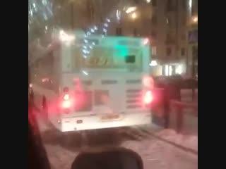 Автобус въехал в «Ладу Приору»