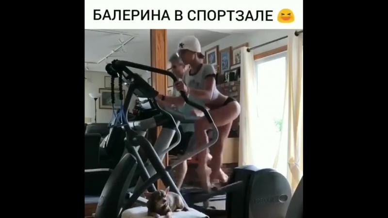 балерина в спортзале