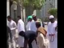 Узбек раздает воду бесплатно в Медине