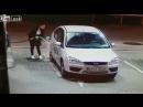 Женщина в первый раз заправляет машину