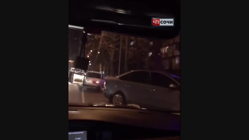 В Сочи скутер въехал в авто