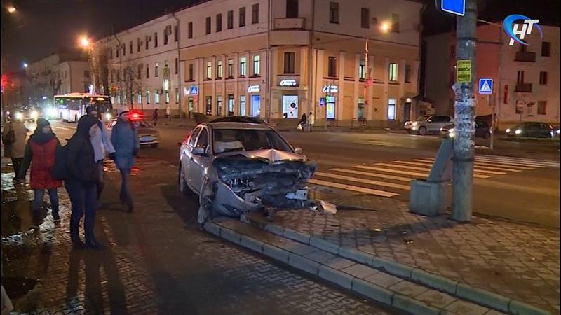 Сразу несколько машин столкнулись на перекрестке Большой Санкт Петербургской и Стратилатовской