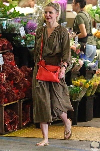 На днях папарацци подловили 46-летнюю Кэмерон Диас во время похода по магазинам. Для своего выхода звезда выбрала наряд болотного цвета, коралловую сумку и светлые вьетнамки. Актриса предпочитает светской жизни тихое семейное счастье и практически не появ