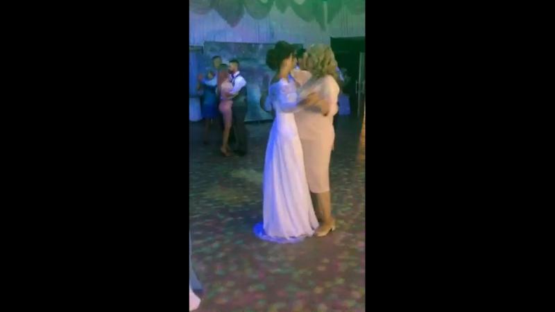 Танец мамы с дочкой...👩👧💐👰🏽