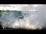 Неадекват за рулем едва не сжег свою машину и чуть не устроил массовое ДТП