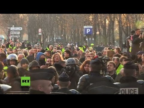 LIVE: Immer mehr Menschen versammeln sich bei Protesten gegen hohe Spritpreise in Paris