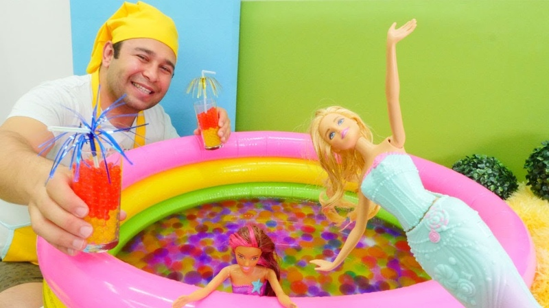 Denizkızı Barbie ve arkadaşı için kokteyl yapıyoruz! Havuz oyunu!