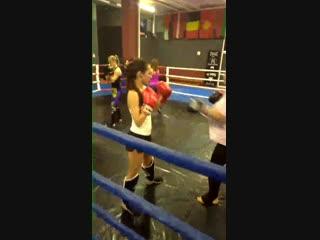 Девушки, тренировка по тайскому боксу