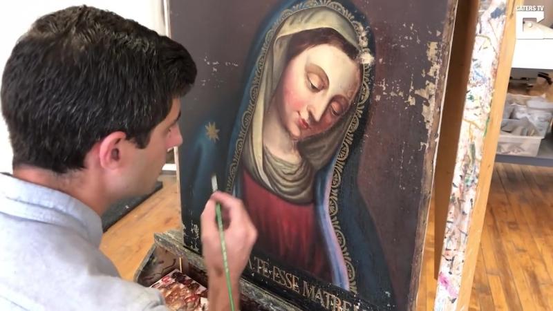 Реставратор восстанавливает старинные 700-летние картины в мастерской