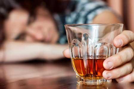 Смертность, связанная с циррозом печени, часто связана с алкоголизмом