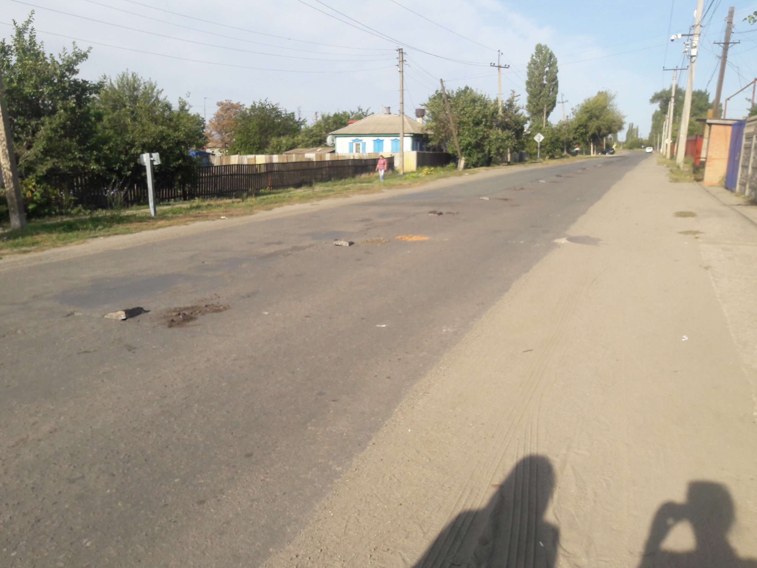 Россия, через дорогу - Украина. Теперь улица Дружбы Народов разделена колючей проволокой только, стороны, можно, через, середине, колючка, стороне, стран, ставят, забор, домой, сказать, Дружбы, теперь, Чертково, общем, тогда, выдалбливают, асфальт, полосы