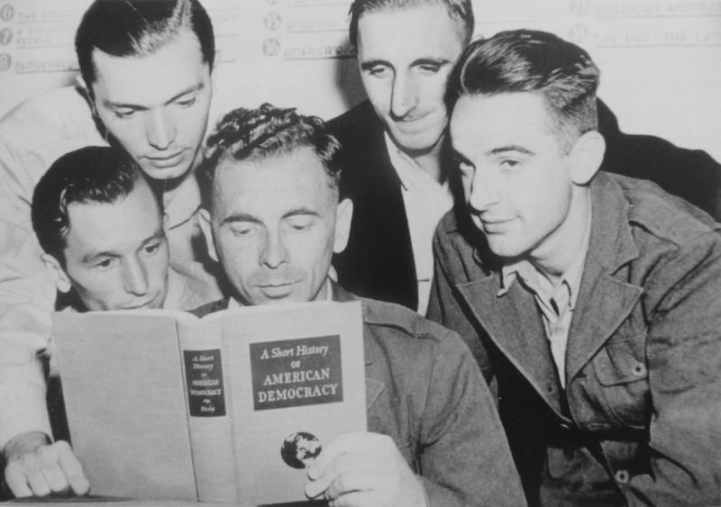 """Немецкие военнопленные читают книгу """"Краткая история американской демократии"""", декабрь 1945 года."""