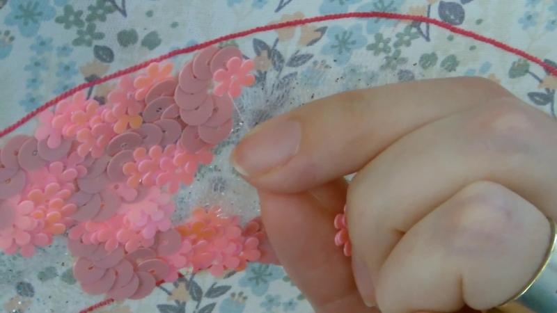 Broderie perlée de Lunéville, point de vermicelle avec paillettes, au crochet de Lunéville