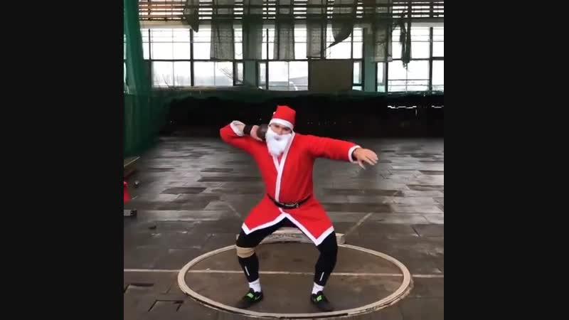 Санта уже тренируется, а ты всё бухаешь