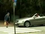 Бабушка переходит дорогу