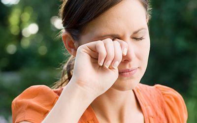 Как лечить темные круги под глазами, если это болезнь?  - лечить болезнь.