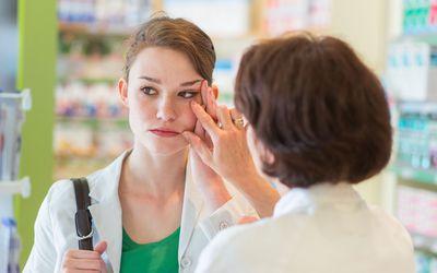 Как лечить темные круги под глазами: высыпаться и принимать витамины.