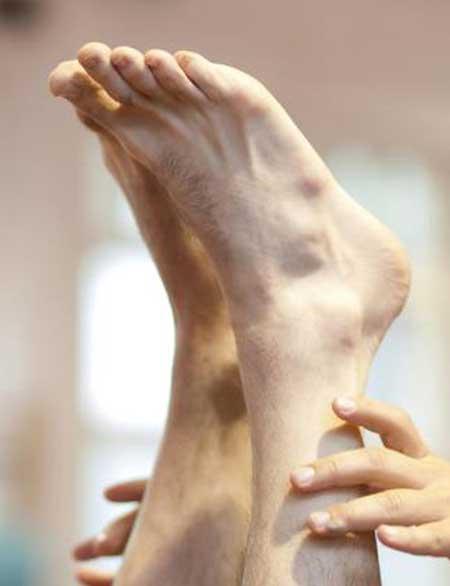 Онемение пальцев, как правило, является результатом условий, которые влияют на нервы и / или кровеносные сосуды, которые снабжают стопу.