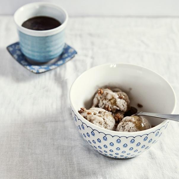 Домашнее мороженое с бананами, карамелью и орехами