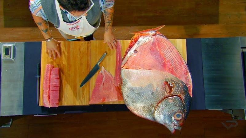 А вы смогли бы разделать такого монстра Разделка лунной рыбы