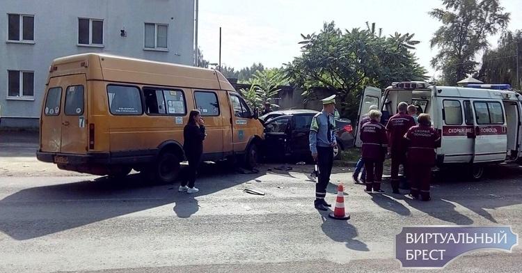 На ул. Городской маршрутка с пассажирами столкнулась с Рено