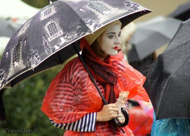 По Северодонецку ходят мимы с зонтиками и учат пешеходов