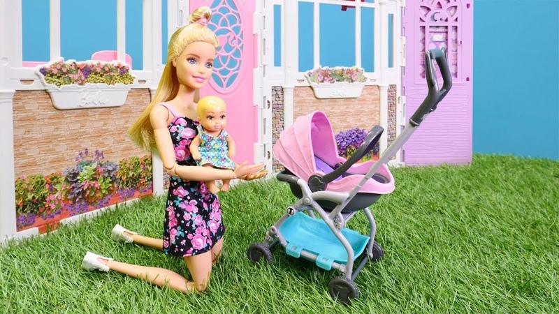 Barbie ailesi oyuncak bebek arabası alıyor. Oyuncak kutusu açılımı